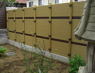 庭園の背景、お隣の目隠しとしての御簾垣