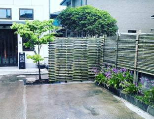 駐車スペースと植栽との仕切りに見る竹垣