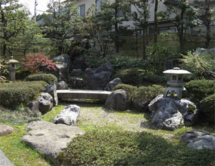 庭園と一体化して背景に溶け込む人工建仁寺垣