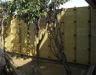 裏庭のバックと目隠しを兼ねた エコ竹みす垣6型