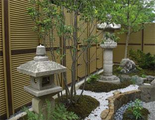 庭園の背景に 新ゴマ御簾垣
