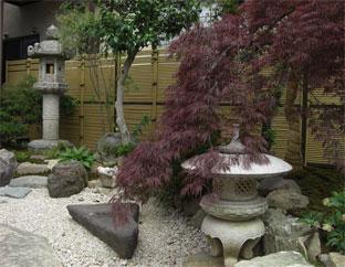 裏庭の背景と境界を兼ねた エコ竹みす垣5型