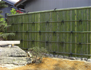 庭園を彩る背景に観る青竹建仁寺垣