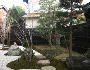庭園を彩る背景に観る黒竹大津垣