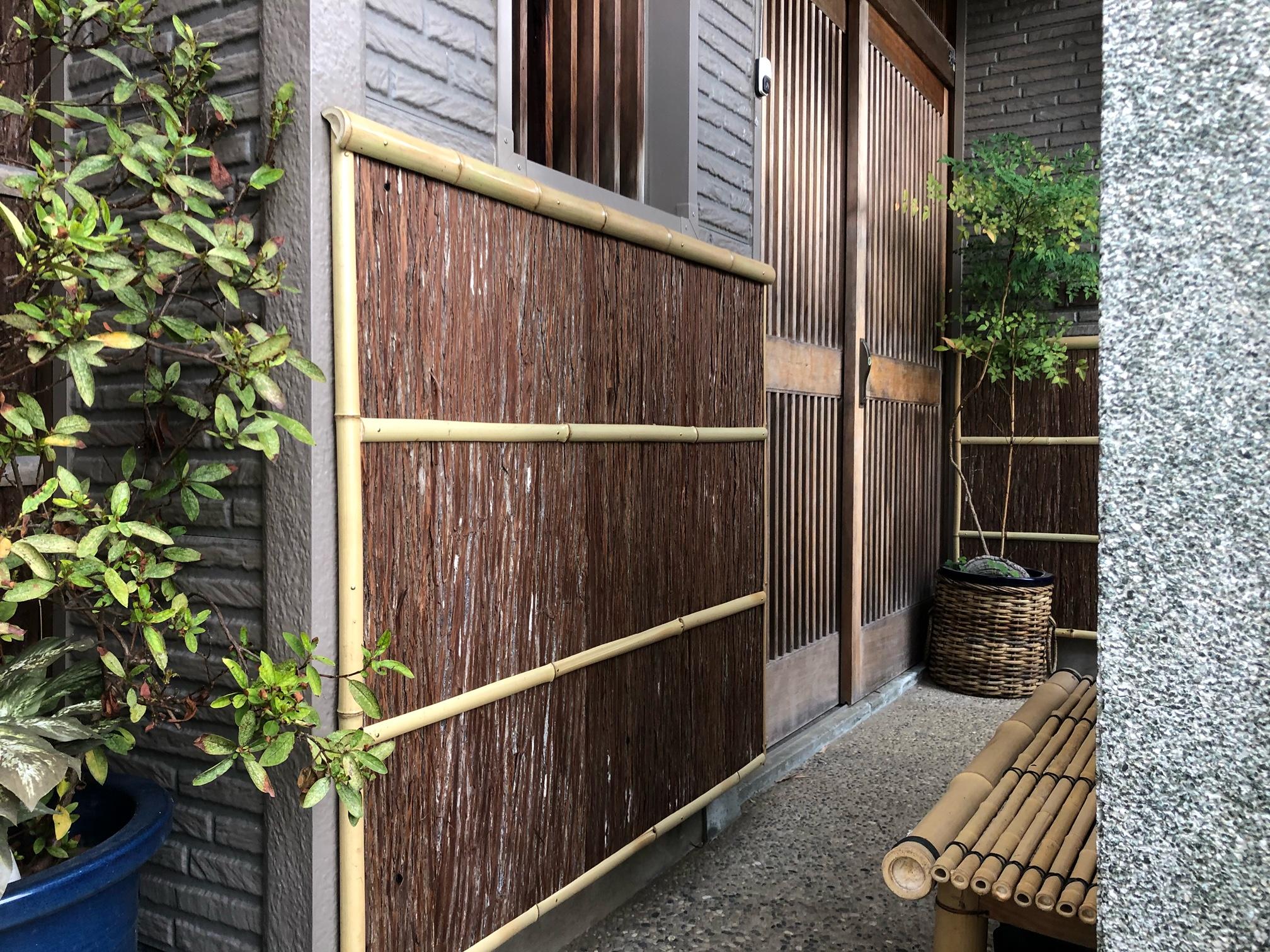 玄関まわりに杉皮塀
